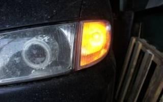 При нажатии на тормоз загорается поворотник
